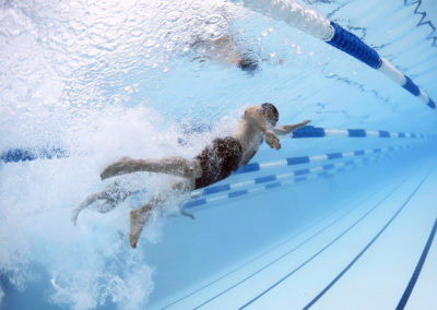 adolescent en train de faire de la natation